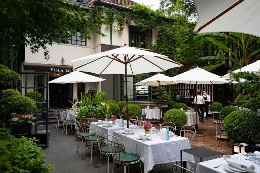 Seats and tables in courtyard (2) - Bistro 321 Villa le bec.jpg